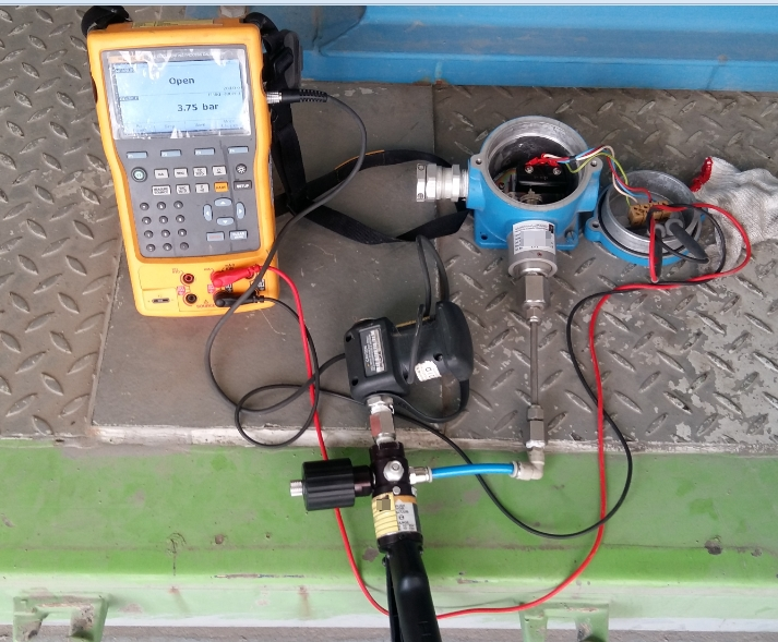 Calibration set-up using a Pressure Module with Hand Pump and Fluke 754 as an indicator and at the same time used as an open and closed monitoring. You can also use a digital multimeter in this function.
